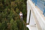 skok z mostu do houpacky