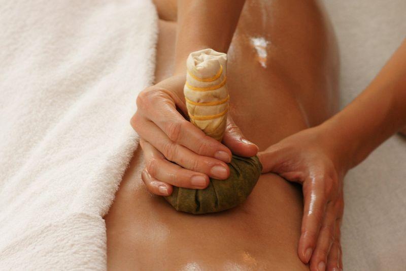 Masáž bylinnými měšci