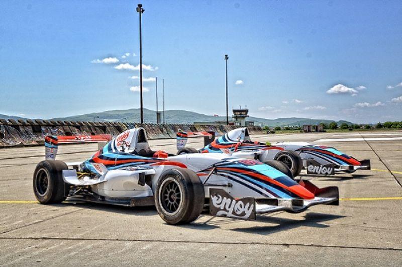 Závodní den v Ariel Atom a formuli Renault 2.0